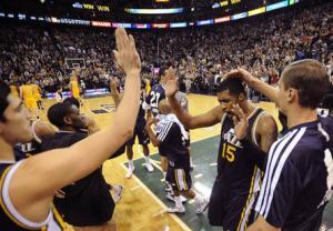 sus compañeros felicitan a Favors tras anotar la canasta ganadora del encuentro con Los Angeles Lakers anoche